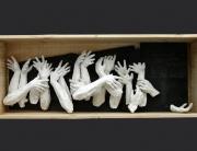 manos enamoradas de las nieblas. ensamblaje madera y yeso blanco.  2004. 32x85x18cm
